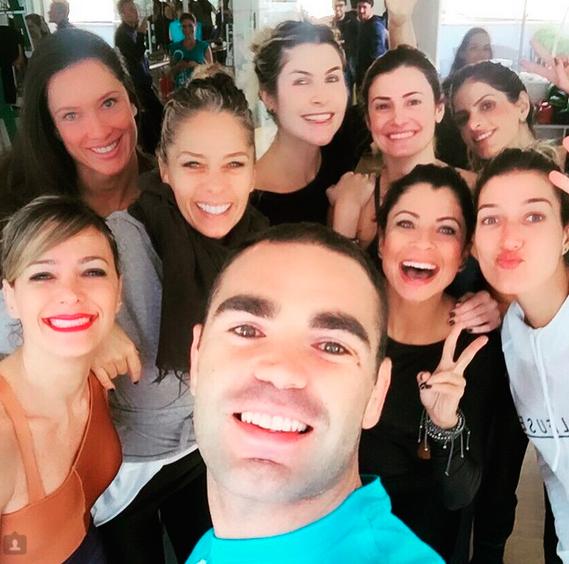Adriane Galisteu se junta com amigas para treino pesado