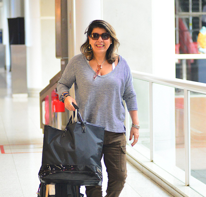 Só sorrisos! Roberta Miranda esbanja simpatia em aeroporto