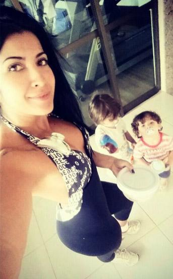 Priscila Pires leva os filhos para malhação na academia