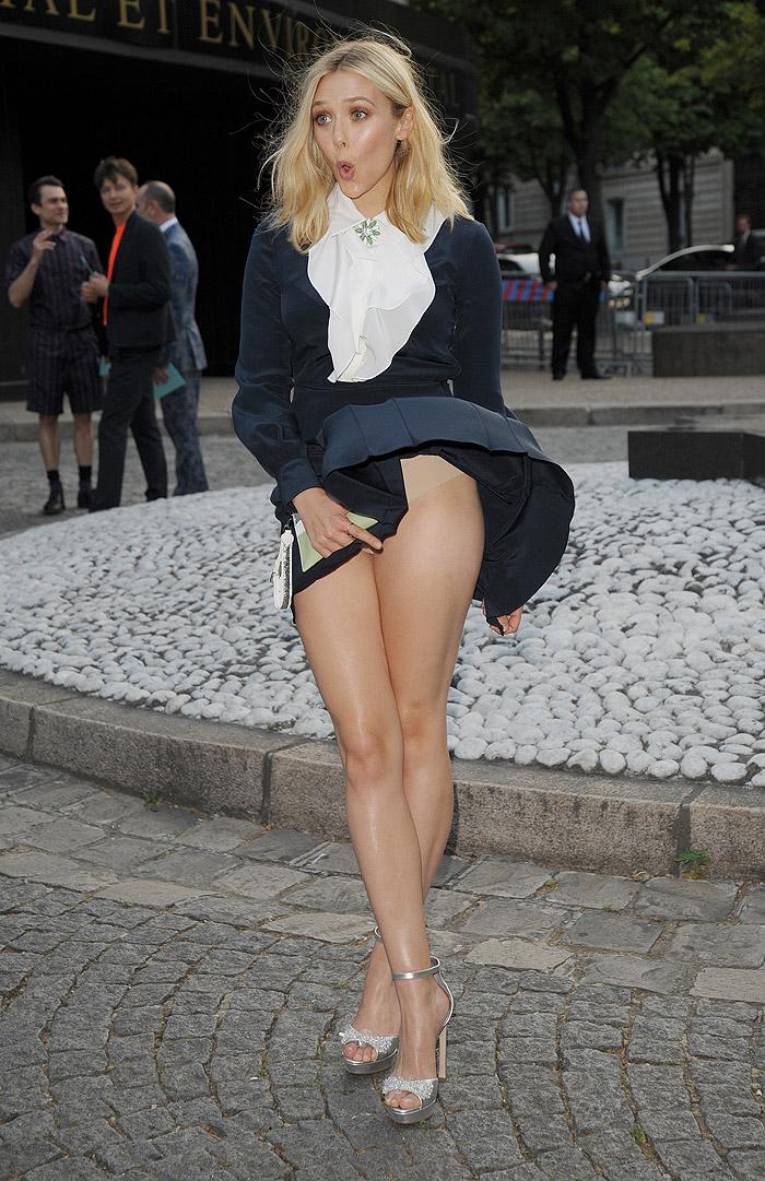Elizabeth Olsen é traída por vestido e mostra calcinha
