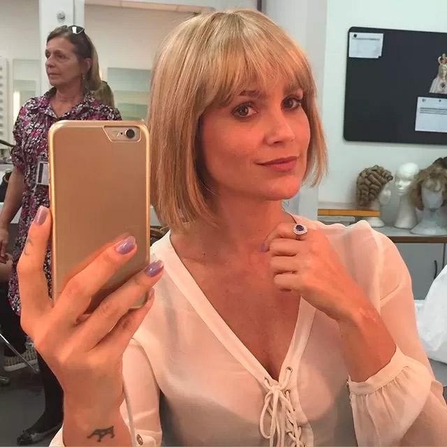 Flávia Alessandra brinca nos bastidores do Projac, no Rio