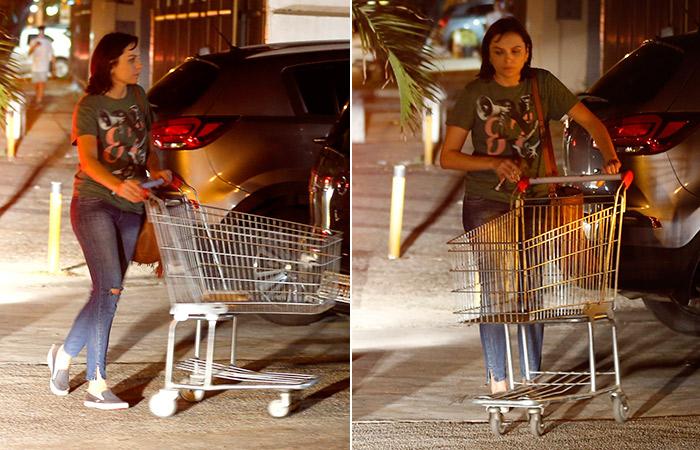 Mônica Iozzi faz compras em mercado da Barra da Tijuca