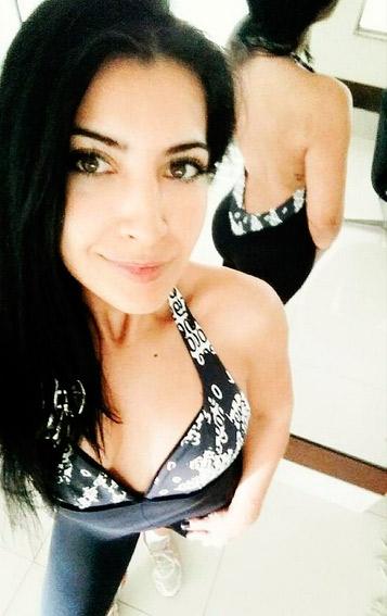 Antes de malhar, Priscila Pires chama atenção por decote