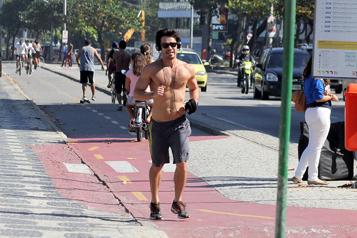 Sem camisa, Erom Cordeiro esbanja boa forma no Rio