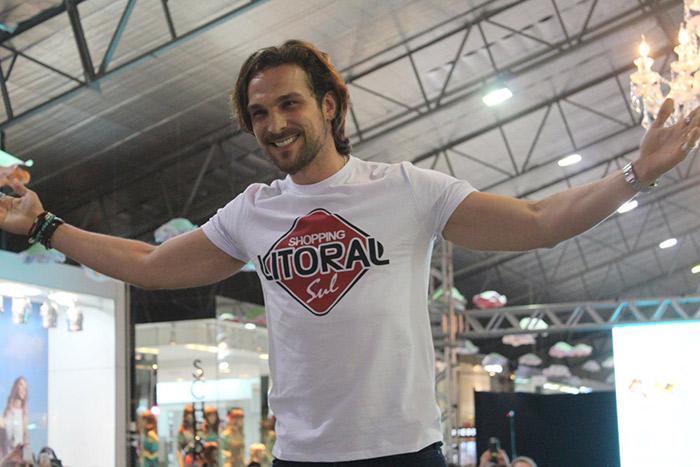 Igor Rickli usa desfile para mostrar talento para dança