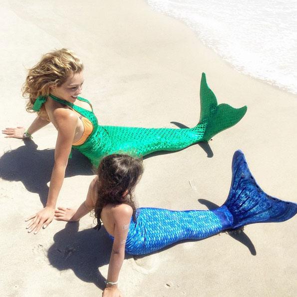 Vestidas de sereia, Thalía posa com a filha em praia