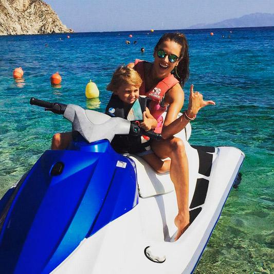 Com os filhos, Alessandra Ambrósio se diverte na Grécia
