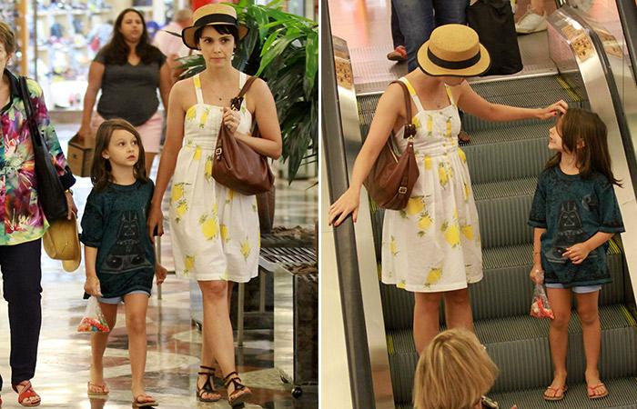 Com look romântico, Débora Falabella passeia com a filha