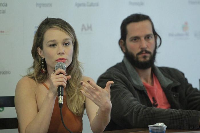 Mariana Ximenes esbanja simpatia em coletiva de filme
