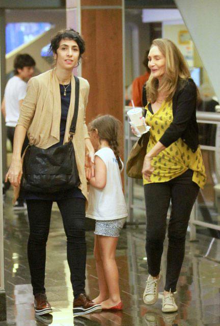 Marisa Monte aproveita tarde em shopping carioca