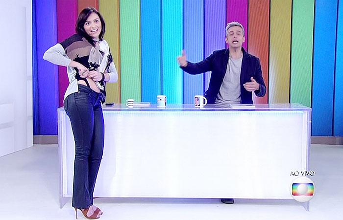 Mônica Iozzi mostra sua calcinha durante Vídeo Show ao vivo