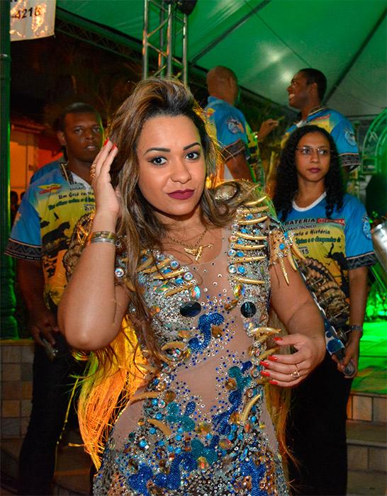 Rainha de bateria da Beija-Flor se apresenta com escola em Minas Gerais