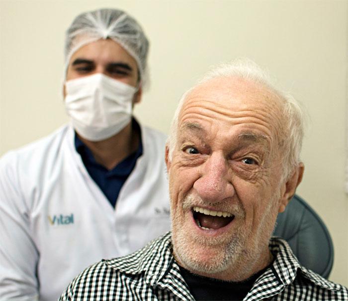 Russo realiza sonho e sorri com seu novo implante dentário