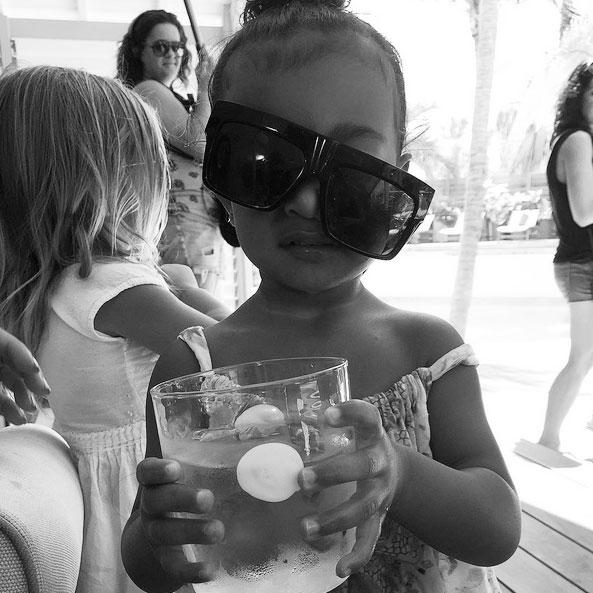 Fofura! Khloe Kardashian mostra sobrinha North West em clima de férias