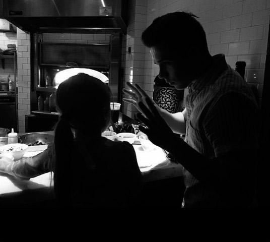 Brooklyn Beckham ensina a irmã, Harper, a fazer pizza