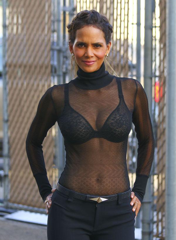 Halle Berry deixa sutiã à mostra ao usar blusa transparente