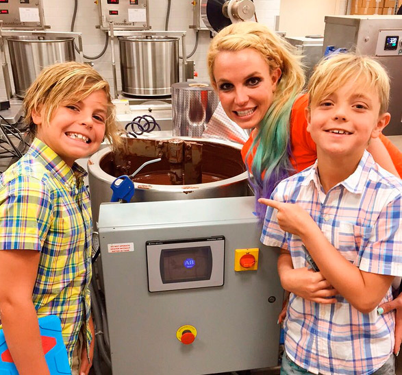 Britney Spears visita fábrica de chocolate