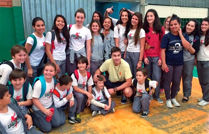 Paulo Dalagnoli faz a alegria de fãs em visita à cidade natal