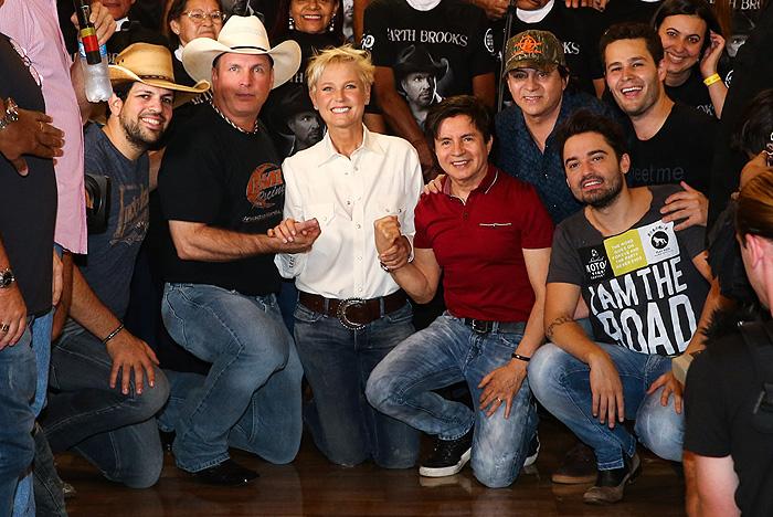 Xuxa posa com astro da música Country, Garth Brooks, em Barretos
