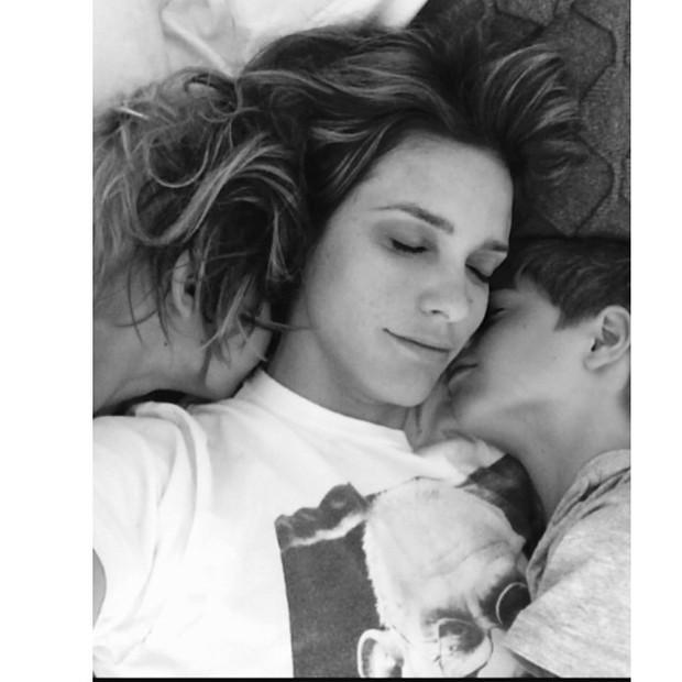Fernanda Lima faz selfie de momento fofo com o filho