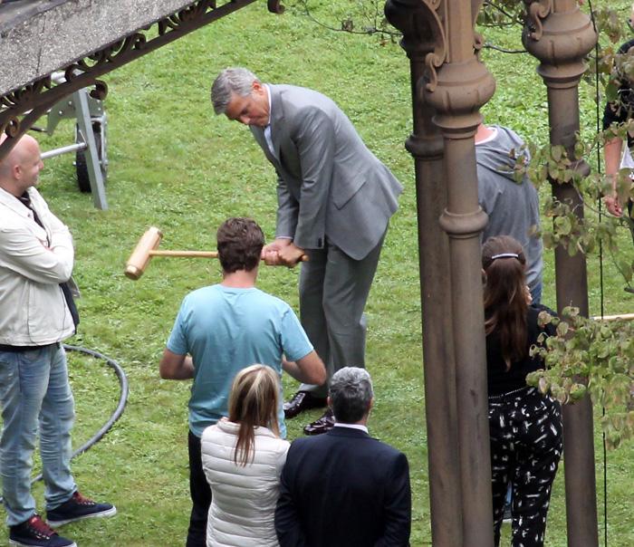 George Clooney joga cricket de terno e gravata