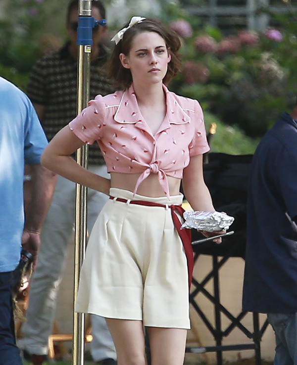 Kristen Stewart aparece com look de época sensual