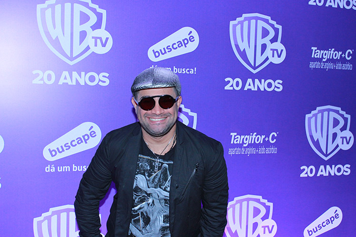 Após acidente,Rafael Cortez vai à festa da Warner