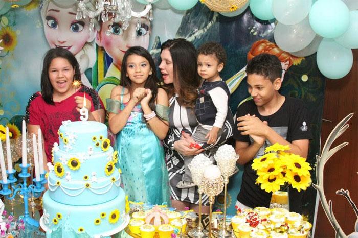 Simony comemora os nove anos da filha Aysha