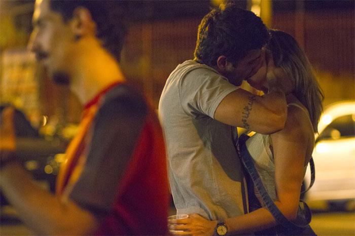 Ex-BBB Junior Gianetti é visto aos beijos com loira