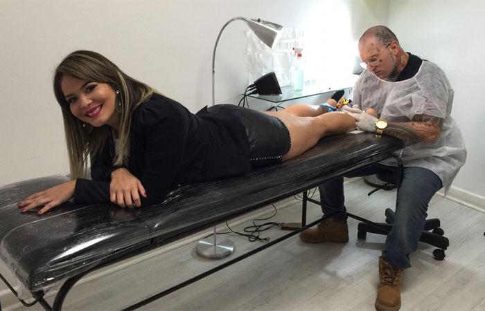Geisy Arruda faz sua primeira tatuagem em São Paulo