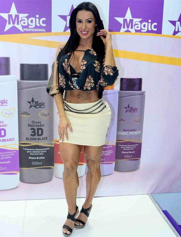 Gracyanne Barbosa aposta em saia branca para feira de beleza