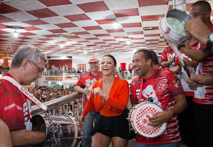 Viviane Araújo mostra as pernas em quadra de samba