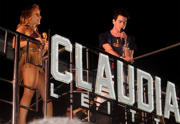 Toda produzida, Claudia Leitte agita festa na Bahia