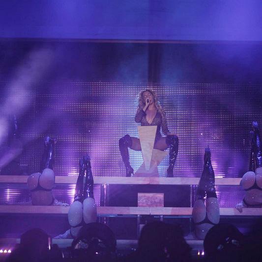 Beyoncé volta aos palcos e aparece deslumbrante