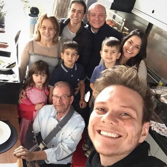 Michel Teló e Thaís Fersoza reúnem família para almoço