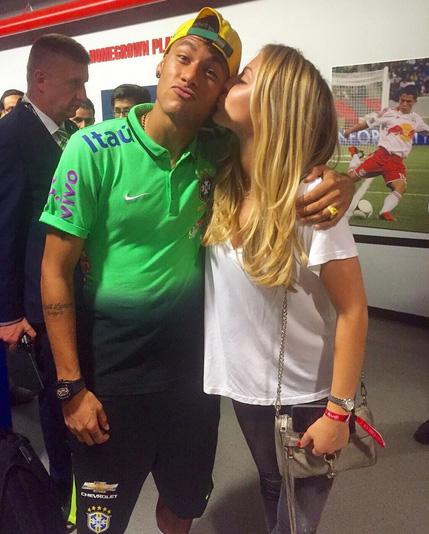 Após vitória do Brasil, Neymar Jr. aparece com loira na rede
