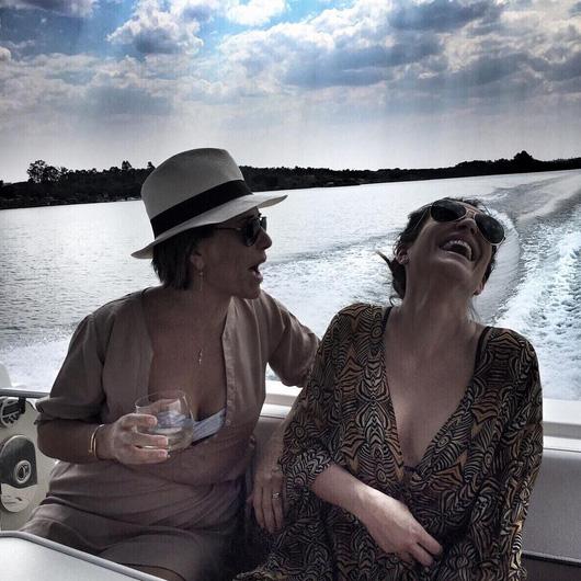 Cléo Pires se acaba de rir em passeio com a mãe