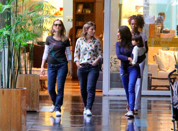 Grávida, Fernanda Rodrigues passeia com marido e amigos