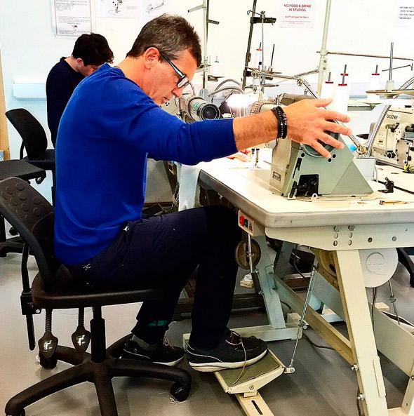 Antonio Banderas aprende a costurar
