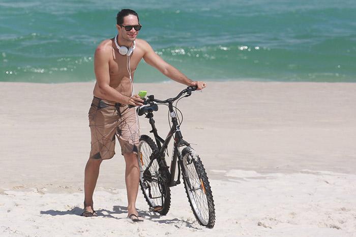 Rainer Cadete curte passeio de bike na orla da Barra, no Rio