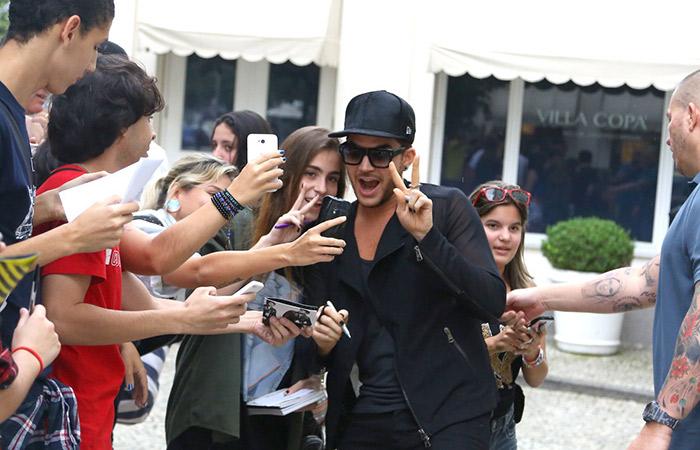 Adam Lambert tira selfies e atende fãs no Rio de Janeiro