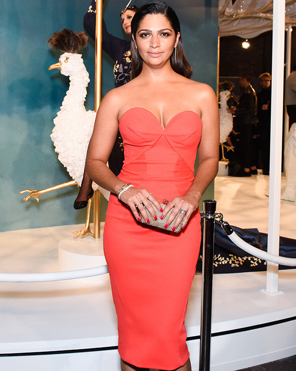 Camila Alves abusa do decote em evento da Vogue