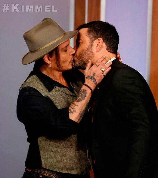 Johnny Depp beija apresentador na boca em programa
