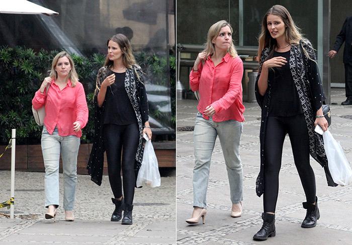 Yasmin Brunet passeia com amiga