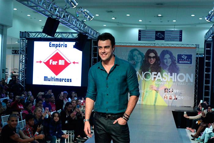 Joaquim Lopes ataca de modelo em evento de shopping paulista