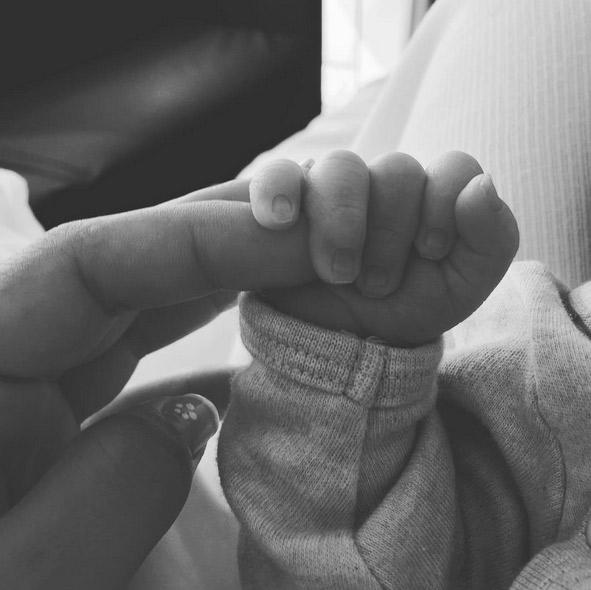Esposa de Messi, Antonella Roccuzzo, mostra a mão do filho