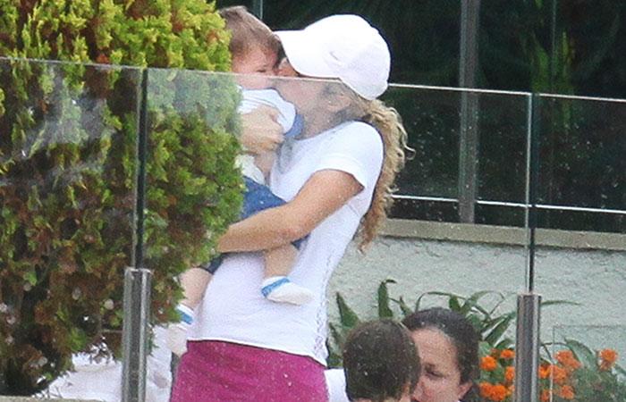 Shakira joga tênis de saia curtinha