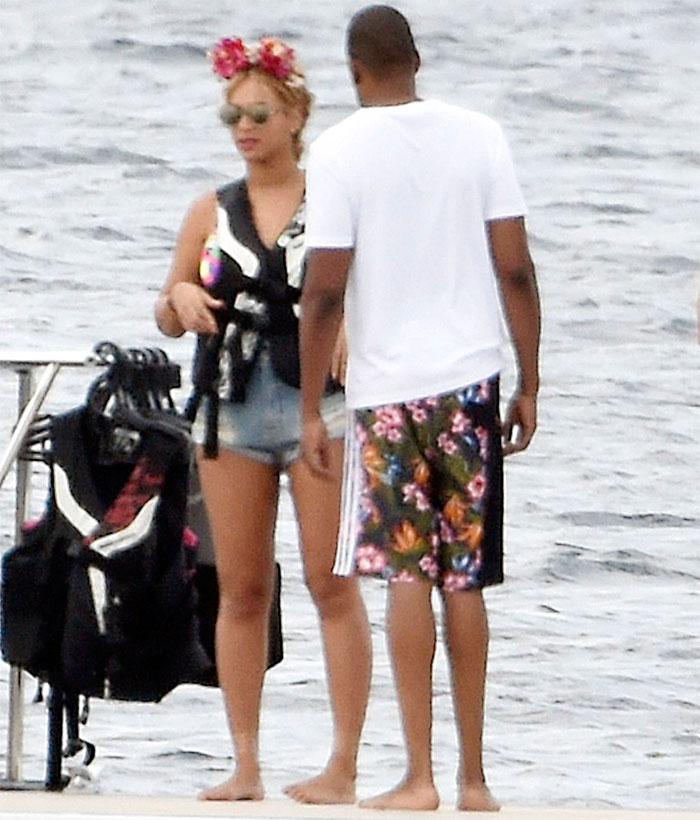 Beyoncé deixa parte do bumbum à mostra com microshort jeans