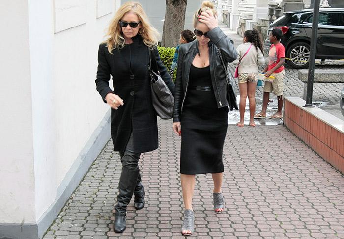 Danielle Winits chega ao velório de Betty Lago, no Rio