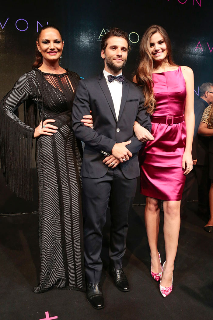 Bruno Gagliasso, Camila Queiroz e Luiza Brunet brilham em premiação